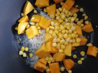 玉米南瓜粥,放入甜玉米粒。