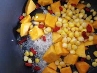玉米南瓜粥,放入枸杞子。