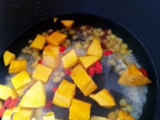 玉米南瓜粥,加到水位线高度的清水