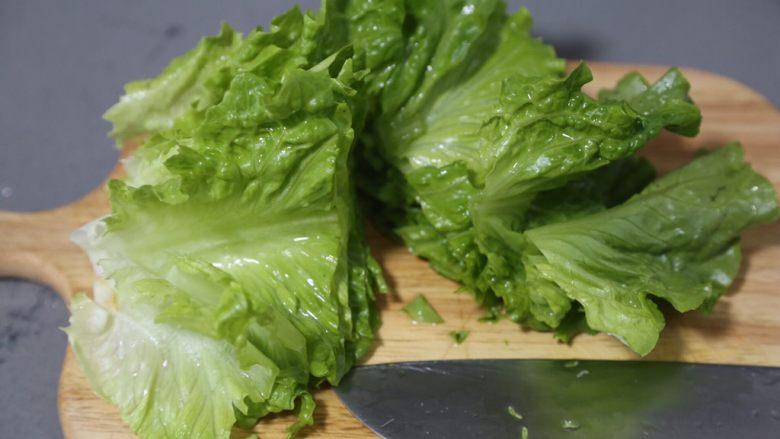 蒜蓉生菜,捞出,将大片叶子切段