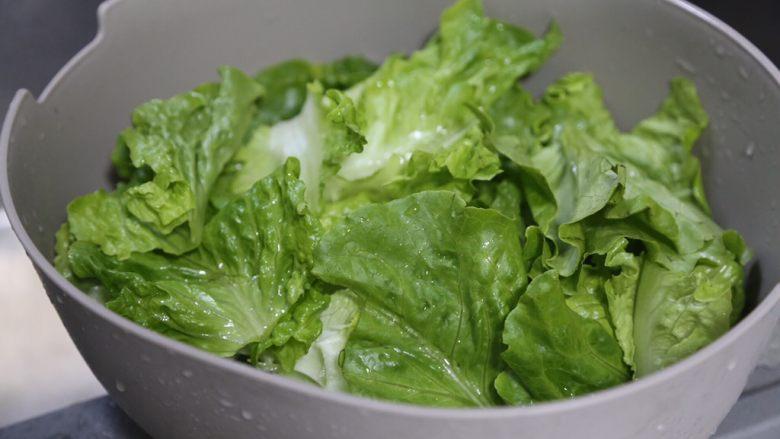 蒜蓉生菜,放盆中沥干水分