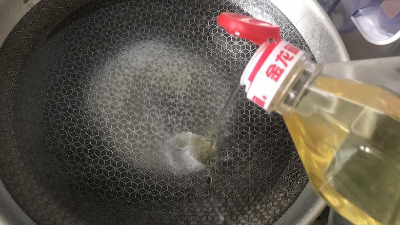 蒜蓉生菜,加入适量的油
