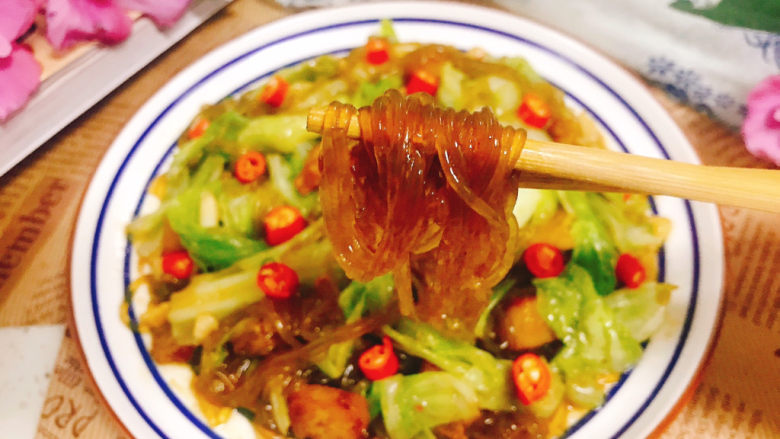 包菜炒粉丝,盛入盘中,开吃了,Q弹顺滑的粉丝,包菜咸鲜香脆