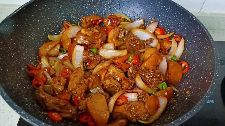 新疆大盘鸡,最后撒入青红椒翻炒至均匀即可出锅。