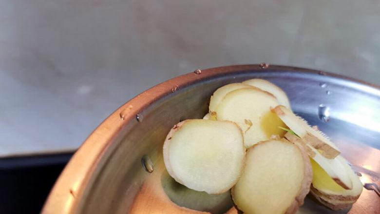 干锅西兰花,姜切片