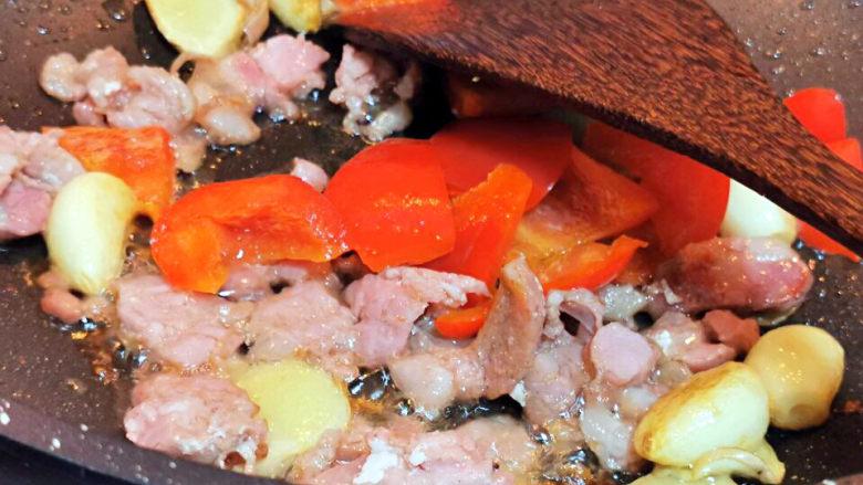 干锅西兰花,煎香香肠,加入红椒
