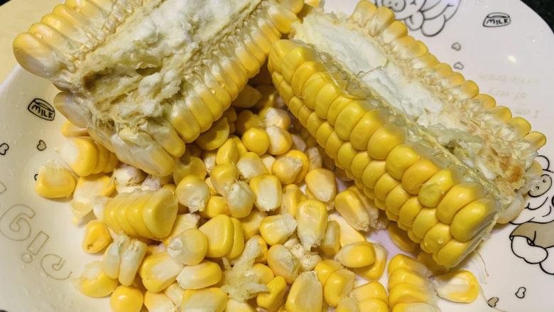 玉米南瓜粥,搅动玉米,掰开两瓣