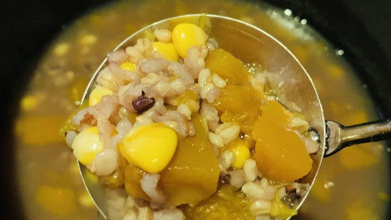 玉米南瓜粥,搅拌均匀,呈碗里