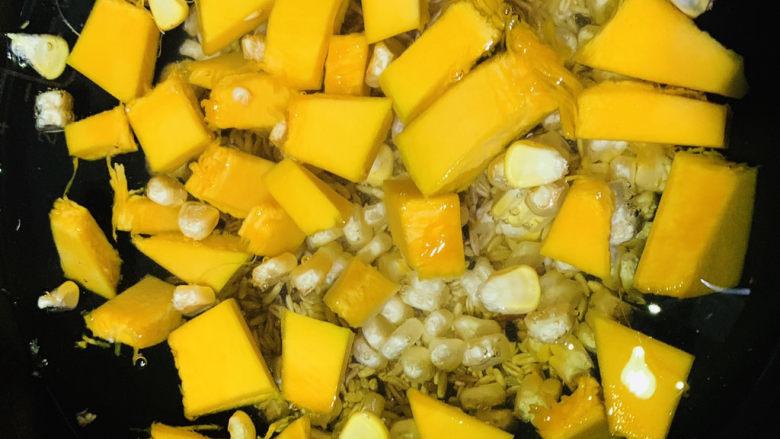 玉米南瓜粥,加入适量清水