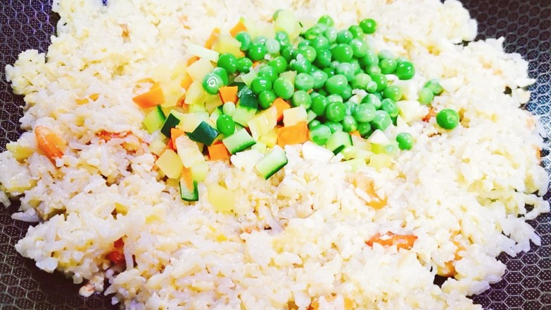 耳光炒饭,待米饭粒粒分明时加入蔬菜丁