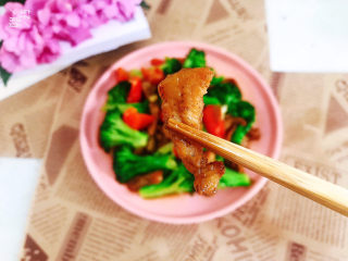 干锅西兰花,盛入盘中即可开吃啦!肉外焦里嫩,鲜香美味