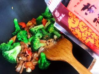 干锅西兰花,加入适量五香粉翻炒均匀即可出锅