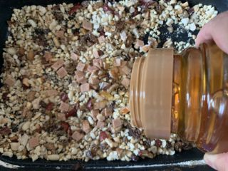 花生月饼,搅拌均匀放熟油放糖放熟糯米粉熟低筋面粉