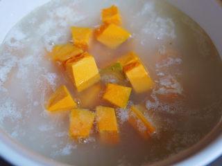 红薯南瓜粥,放入南瓜块,继续煮十分钟,南瓜比红薯容易成熟,所以后加。