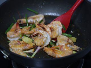 红烧虾,放入姜葱炒香