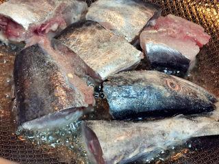 红烧鱼块,下锅煎至两面金黄