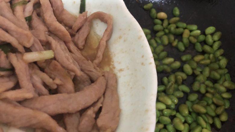 毛豆炒肉丝,加入瘦肉翻炒一下