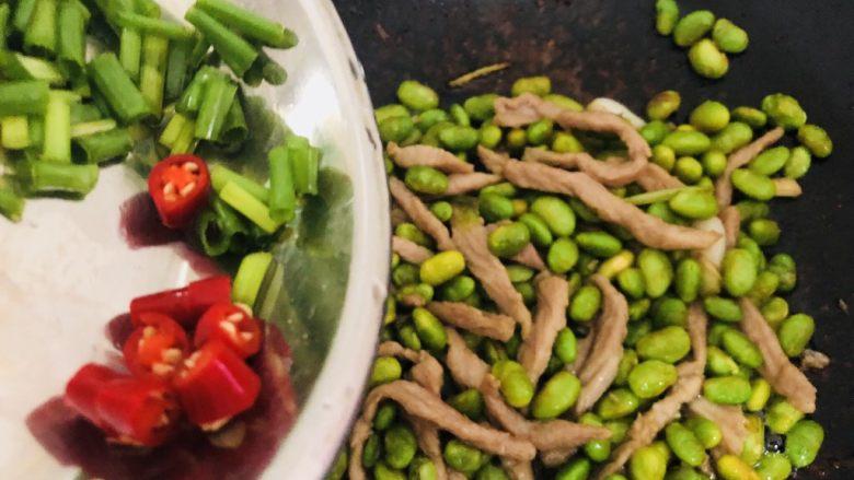 毛豆炒肉丝,加入葱花、辣椒起锅