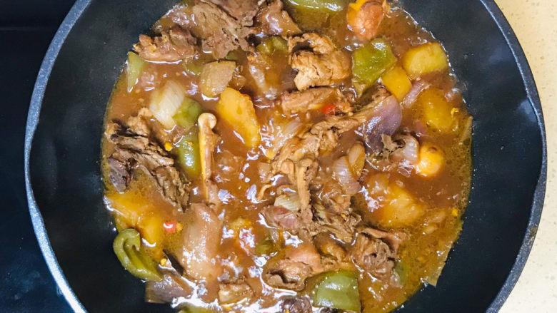 新疆大盘鸡,大约二十分钟,一锅非常入味的新疆大盘鸡就炖煮熟了