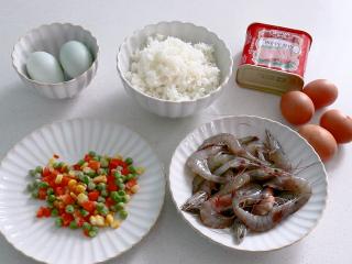 耳光炒饭,准备食材,配菜可以根据自己的喜好进行增减