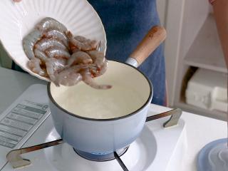 耳光炒饭,将虾肉放入开水中煮熟