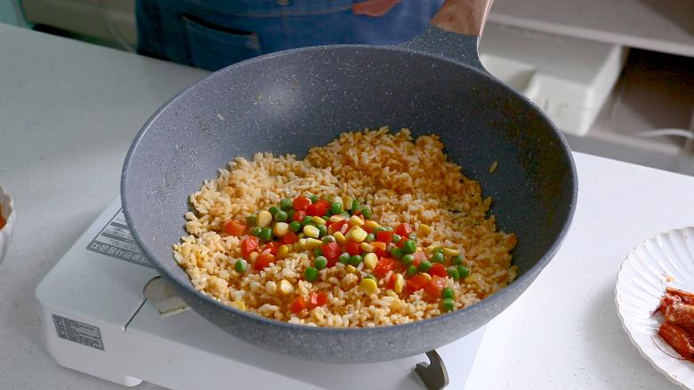 耳光炒饭,米饭粒粒分明后放入蔬菜丁翻炒,可以根据自己的喜好进行增减