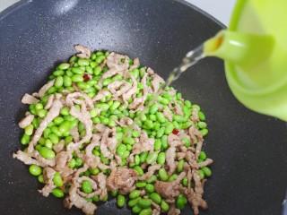 毛豆炒肉丝,加适量料酒,翻炒均匀