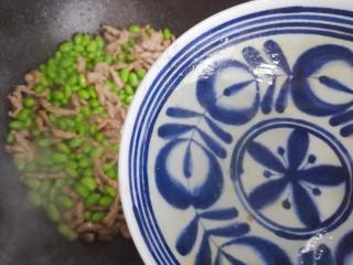 毛豆炒肉丝,加少许热开水