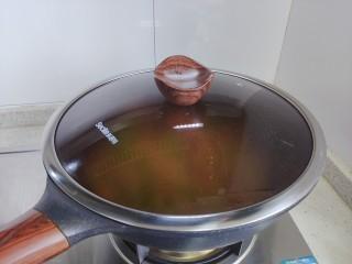 毛豆炒肉丝,盖上锅盖,转小火焖煮2分钟