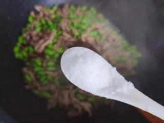 毛豆炒肉丝,待锅内汤汁差不多收紧,加一小勺细盐