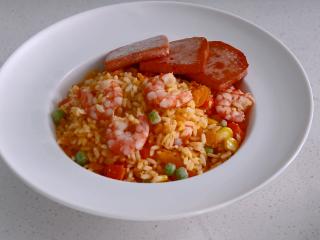耳光炒饭,在盛好盘的炒饭上摆上3片午餐肉