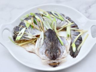 清蒸鲈鱼,最后撒上葱姜丝,腌制30分钟。