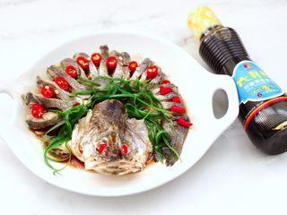 清蒸鲈鱼,这个时候倒入柠檬蒸鱼豉油。