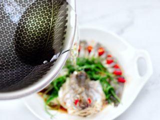 清蒸鲈鱼,油烧热后,淋在蒸熟的鲈鱼身上即可。