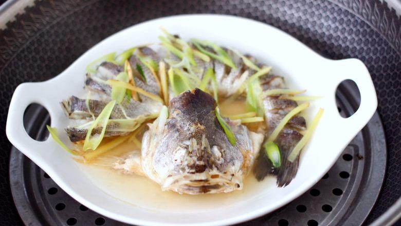 清蒸鲈鱼,大火烧开后,蒸10分钟即可。