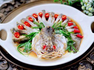 清蒸鲈鱼,鲜嫩多汁又营养丰富,关键是太好吃,上桌就秒光咯。
