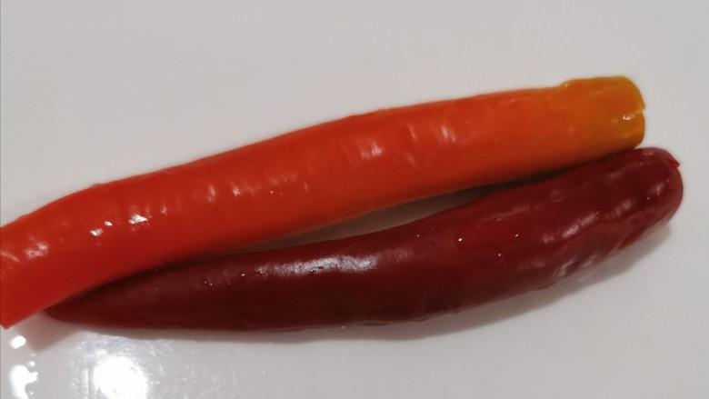 毛豆炒肉丝,两个洗干净的<a style='color:red;display:inline-block;' href='/shicai/ 86663'>红辣椒</a>,不喜欢吃辣的朋友可以不放或者选用不辣的辣椒,红色主要是颜色的搭配,让菜品看起来更有食欲!
