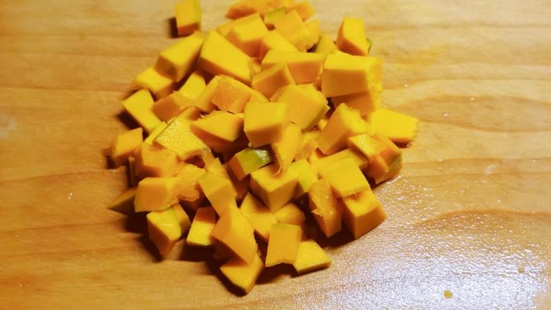 玉米南瓜粥,切小块。