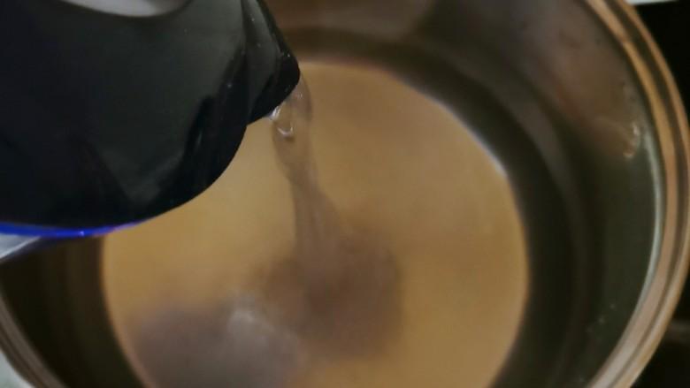 玉米南瓜粥,汤锅注入适量清水加热。