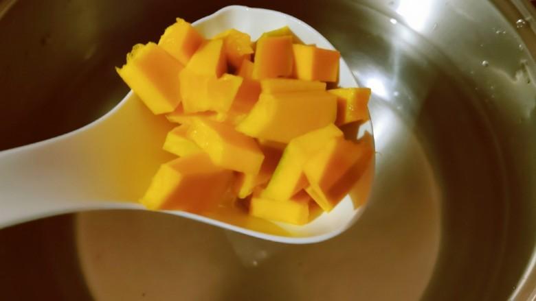 玉米南瓜粥,放入南瓜块。