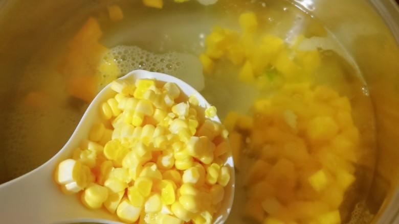 玉米南瓜粥,放入玉米粒烧开。