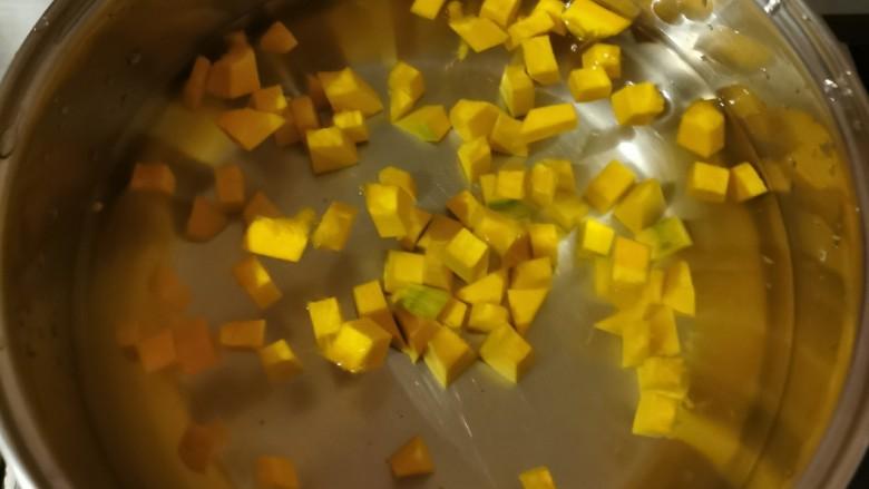 玉米南瓜粥,煮开。