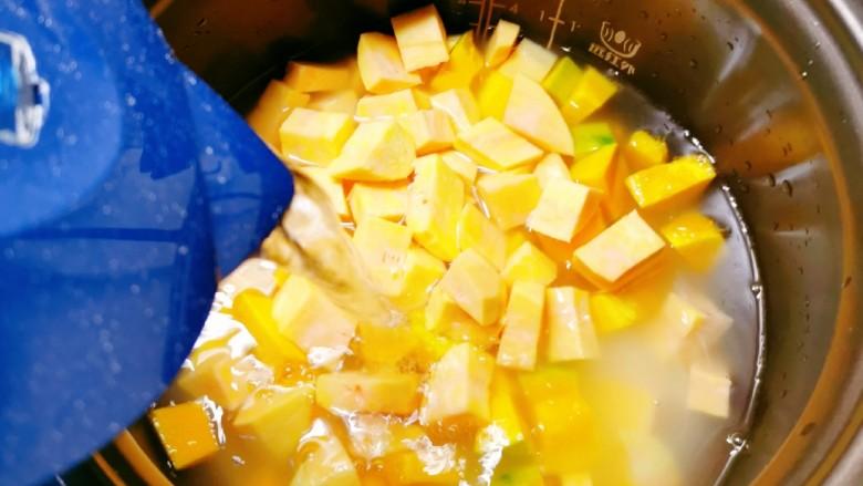红薯南瓜粥,倒入足够的清水。