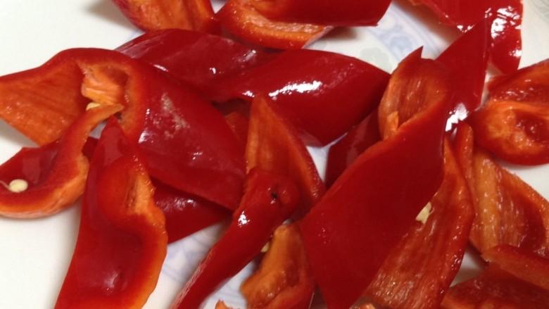 干锅西兰花,红椒改刀切成如图所示的菱形块,放入碗中备用!