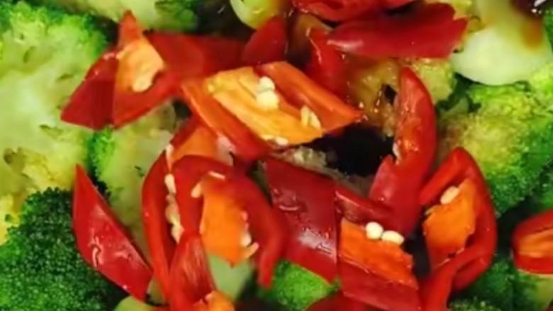 干锅西兰花,将放好调料的菜品用大火翻炒均匀,一是为了将调料炒入味,二是为了快速收汁!