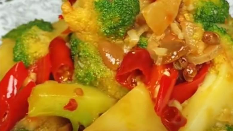 干锅西兰花,将炒好的菜品装入准备好的盘中,美味即成。开始享用自己的劳动成果吧!