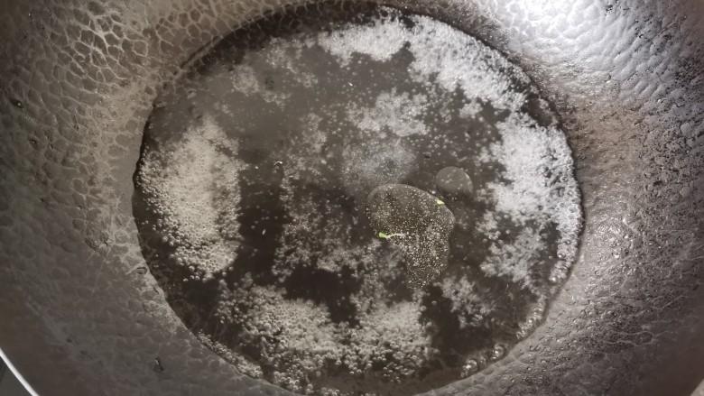 干锅西兰花,锅中水烧开,加入盐几滴油