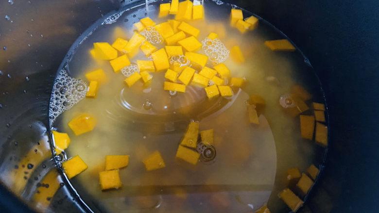 玉米南瓜粥,水量约800ml,盖上锅盖摁煮粥功能键,约40分钟