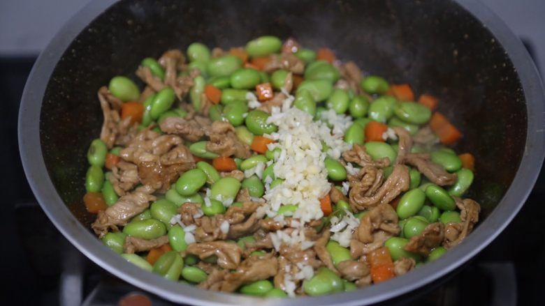 毛豆炒肉丝,加入蒜末