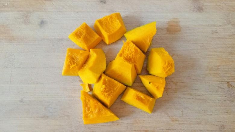 玉米南瓜粥,将南瓜切成小块